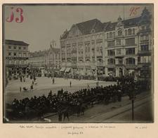 Kriegsjahr 1916. Ansammelung von Menschen am 31 März 1916, auf dem Blücherplatz u. am Ring, die in den Buttergeschäften am Ring No. 5 u Ring 3 je ¼ Pfund Butter kaufen wollten.