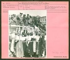 Deutsches Turn- und Sportfest Breslau 1938 Sudetendeutsche Frauen vor dem Führer während des Festumzuges am Schloßplatz.