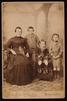 [Portret kobiety z trójką dzieci]
