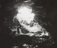 Jaskinia lodowa w rejonie Bogstranda