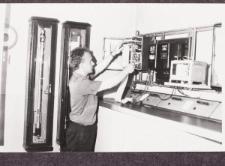 Pracownik w pomieszczeniu Obserwatorium