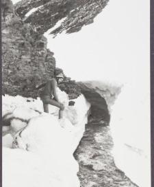 Mgr S. Swerpel z UG nad potokiem wypływającym spod płata śnieżnego
