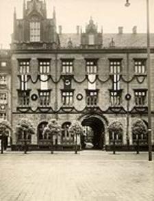 Stadthaus mir Durchgang zum Topfkram (Festdekoration Juni 1937)