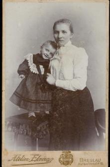 [Młoda kobieta i dziewczynka]