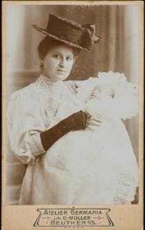 [Młoda kobieta z niemowlęciem na ręku]